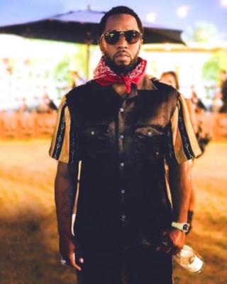 Diddy Wearing Ray Ban Sunlgasses A Red Bandana And Gucci Black And Brown Bi Material Split Shirt And Shorts
