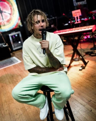 Justin Bieber Wearing A Kanye West Vous Present Yellow Sunday Service T Shirt With Nike Air Max 90 Sneakers